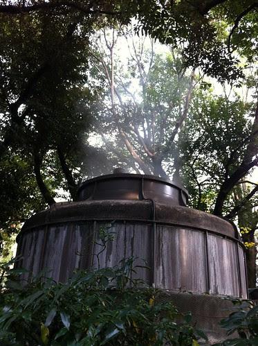 ものすごい勢いで蒸気を吹き上げる謎の装置