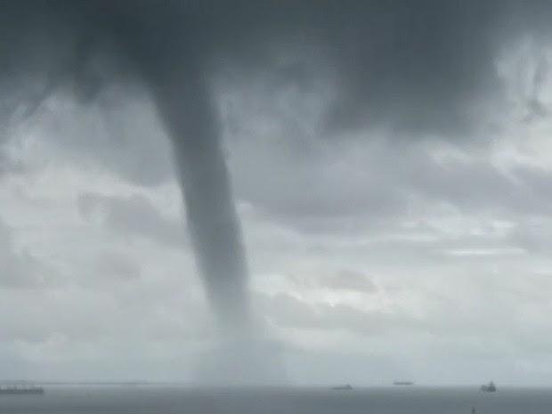 Tromba d'água foi registrada na orla marítima de São Luís (MA) (Foto: Paulo Moreira)