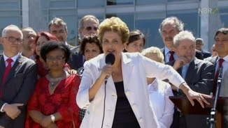 Dilma Rousseff s'adreça als brasilers des del carrer, després d'abandonar el Palau de Planalto