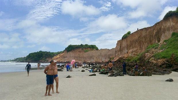 Corpo foi encontrado em meio às falésias de Cotovelo, praia do litoral Sul potiguar  (Foto: Heloísa Guimarães/Inter TV Cabugi)