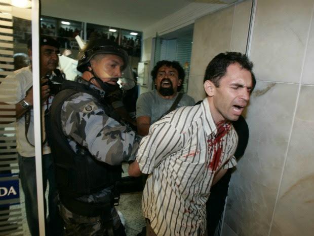 Professor Freitas diz que foi atingido por cassetete; Batalhão de Choque afirma que ele foi acertado por objetos arremessados pelos próprios professores. (Foto: Agência Diário)