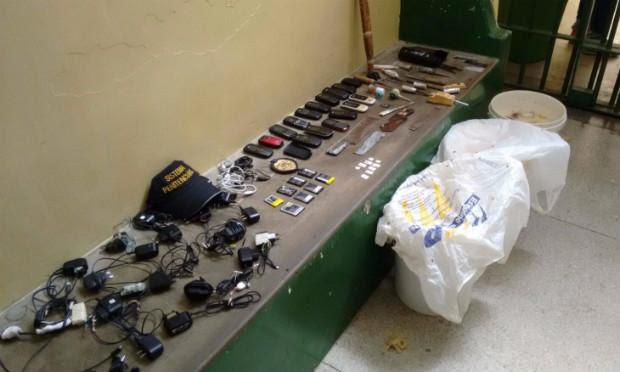 Material foi apreendido durante a revista na penitenciária / Foto: Alfredo Neto/Rádio Jornal.