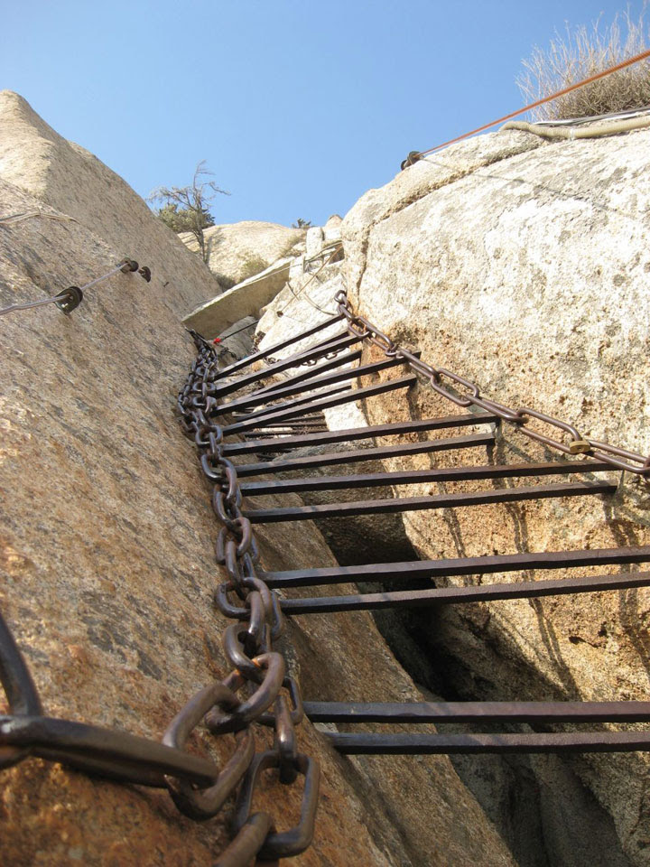 Climb The Steep Cliff of Mount Hua Using Only The Dangerous Wooden Planks (Photo Gallery)