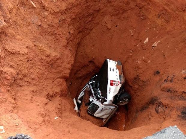 Carro cai em cratera na BR-222, no Maranhão (Foto: Divulgação / PRF)