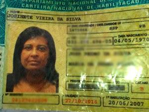 Carteira de motorista da vítima estava dentro do carro onde o corpo foi encontrado (Foto: Marksuel Figueiredo/Inter TV Cabugi)