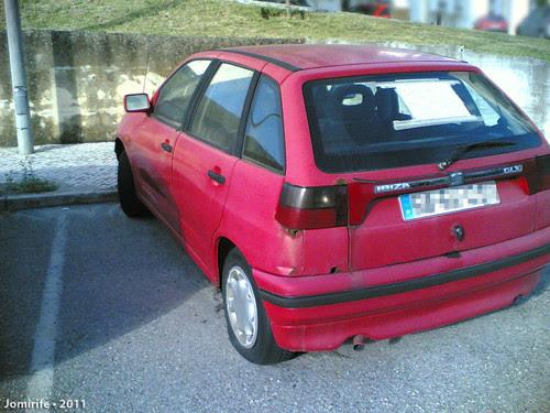 Carro abandonado num estacionamento pede ajuda (1)