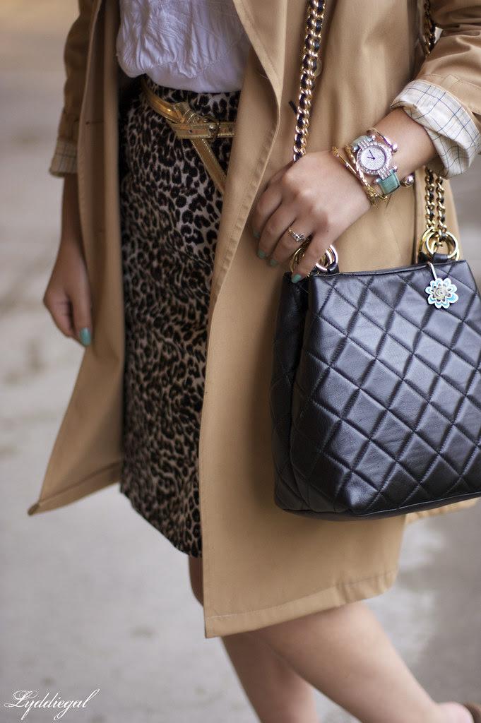 Shopaholic in leopard