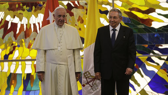 El Papa y Raúl Castro en el Palacio de la Revolución. Foto: Ismael Francisco/ Cubadebate.