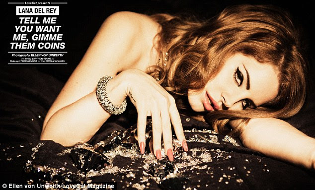 Sexy apresenta: álbum Del Rey, Born to Die, estreou em 2 º lugar nas paradas de música Billboard