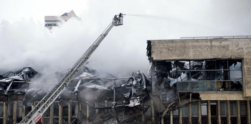 Les pompiers tentent d'étendre l'incendie à la bibliothèque de l'Institut d'information scientifique des sciences humaines à Moscou, le 31 janvier 2015 (ALEXANDER UTKIN / AFP).