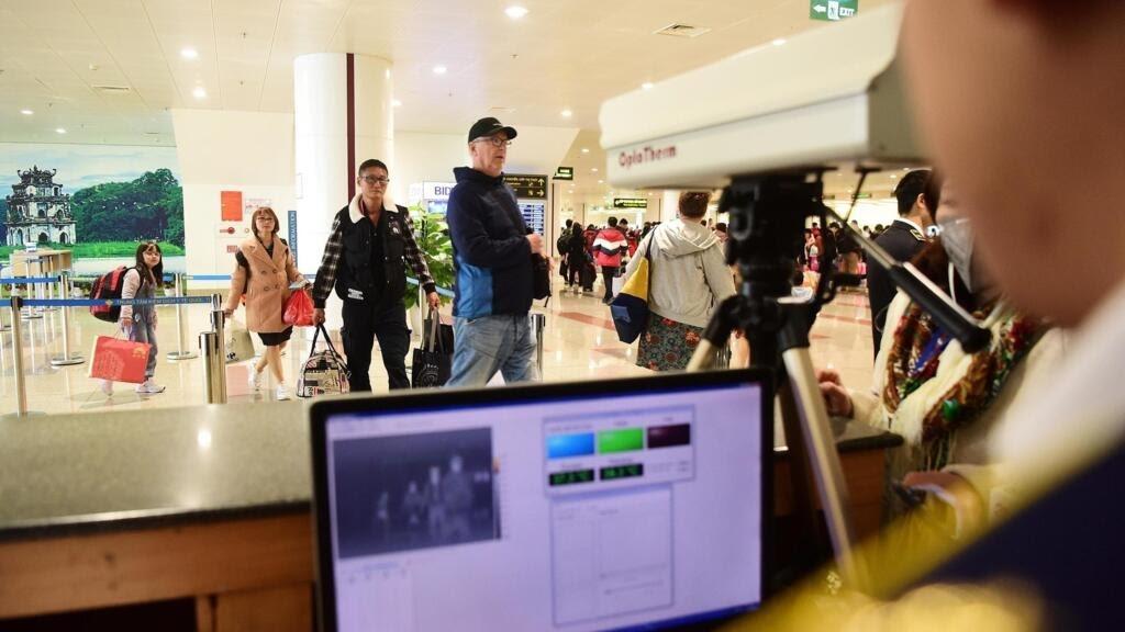 Kiểm tra bằng camera đo thân nhiệt khách nhập cảnh sân bay quốc tế Nội Bài, Hà Nội  để phát hiện triệu chứng nhiễn virus corona, ngày 21/01/2020.