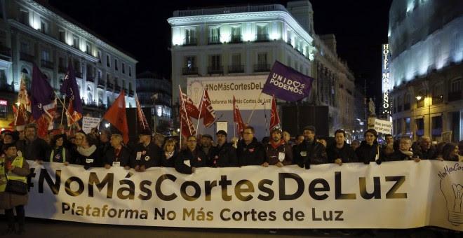 Imagen de la manifestación convocada por Podemos contra los cortes de luz / EFE