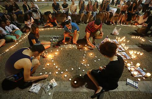 Teenagers gather in Tel Aviv's Rabin Square (Photo: Yaron Brenner)