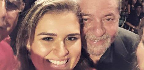 """""""Como sempre crescendo na adversidade, com a ficha abonada pelo homem que mudou o Brasil"""", disse Marília em foto ao lado de Lula, na descrição de uma foto postada na conta do Instagram dela.  / Foto: Reprodução/Facebook"""