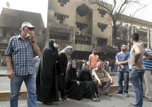 Des Irakiens pleurent la mort de victimes sur... (PHOTO SABAH ARAR, AFP)