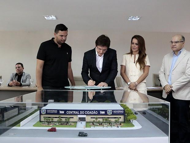 Robinson Faria, ao lado da primeira-dama e secretária da Sethas, Julianne Faria, assinou as ordens de serviço para a construção de três novas Centrais do Cidadão em Natal (Foto: Demis Roussos/Governo do RN)
