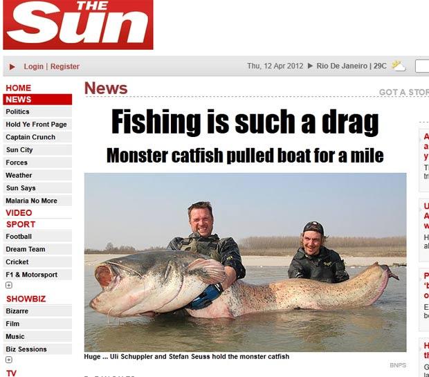Uli Schuppler e Stefan Seuss exibem peixe-gato gigante. (Foto: Reprodução/The Sun)