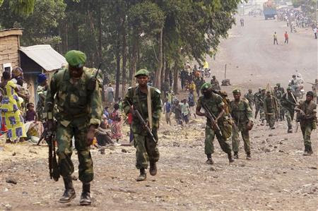 Congolese government army FARDC soldiers walk towards the frontline where they are fighting against M23 rebels outside the eastern Congolese city of Goma, July 14, 2013. REUTERS/Kenny Katombe