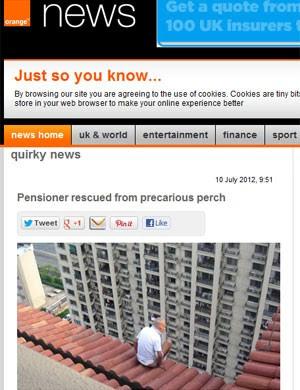Chinês ficou em cima do telhado até ser retirado pela polícia (Foto: Reprodução)