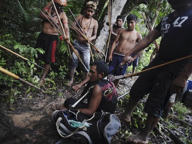 Imagem feita em 20 de janeiro deste ano mostra índios da etnia Munduruku apontando lanças para garimpeiro que trabalhava ilegalmente em área do Pará (Foto: Lunae Parracho/Reuters)