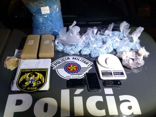 Polícia apreende dois homens por tráfico de drogas (Foto: Divulgação/ Polícia Militar)