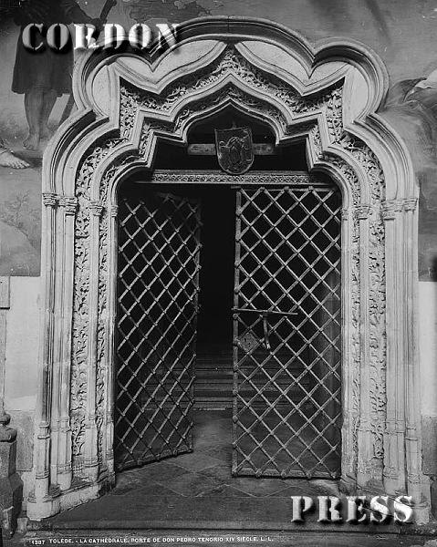 Puerta de Pedro Tenorio en el Claustro de la Catedral de Toledo hacia 1875-80. © Léon et Lévy / Cordon Press - Roger-Viollet