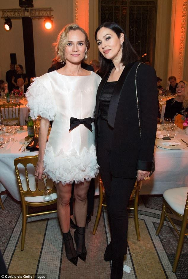Ruffles: Diane, de 41 anos, parecia incrivelmente chique em um vestido branco arruinado (à esquerda) que exibia sua minúscula cintura com um arco preto puro enquanto Monica atordoava um traje preto deslumbrante (à direita)