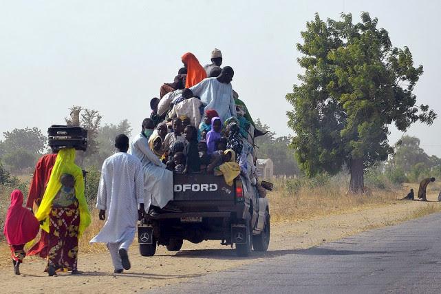 Un camion surchargé de voyageurs attend pour laisser... (PHOTO ARCHIVES AFP/STRINGER)