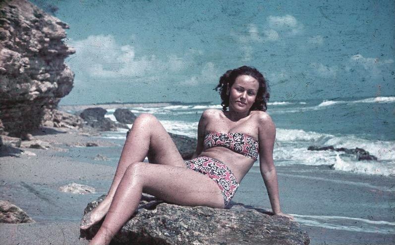 File:Bundesarchiv N 1603 Bild-051, Schwarzes Meer, junge Frau am Strand.jpg