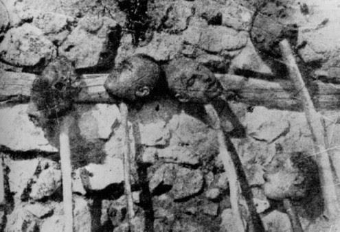 """Κεφάλια Ελλήνων που έσφαξαν οι δυνάμεις του Κεμάλ στη Μικρά Ασία, ως """"τρόπαια"""" επάνω σε παλούκιαhttpwww.anatropinews.gr"""