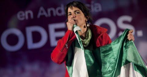 Teresa Rodríguez besa la bandera de Andalucía. EFE