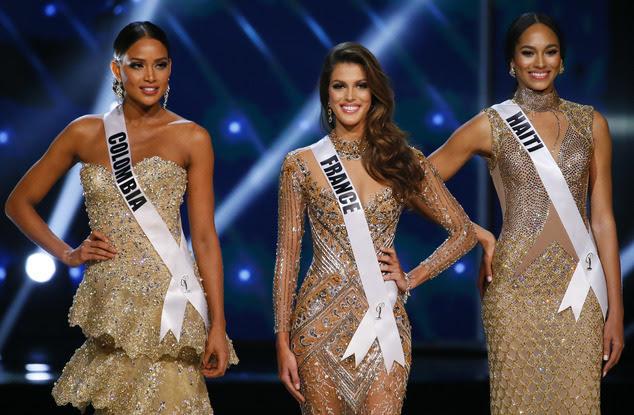 Andrea Tovar da Colômbia, à esquerda, Iris Mittenaere da França, centro, e Raquel Pelissier do Haiti, postam pouco depois de serem declaradas as três finalistas ...