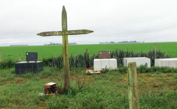 Cemitério localizado próximo a uma plantação de soja, em Sapezal.