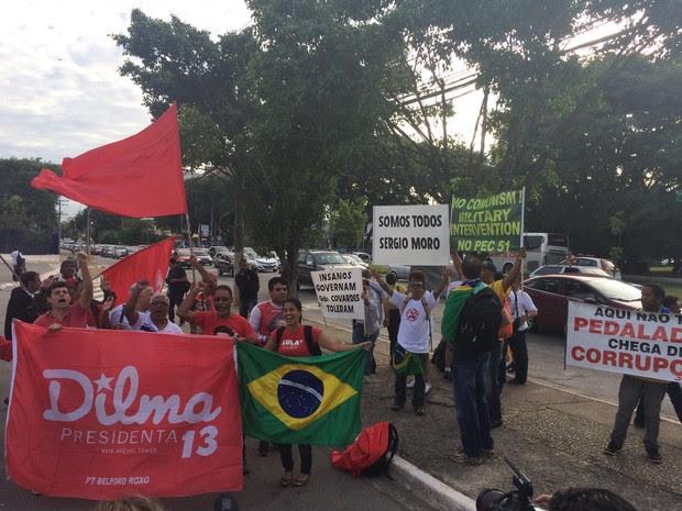 Grupos contra e a favor de Lula protestam no Fórum da Barra Funda (Foto: Márcio Pinho/G1)