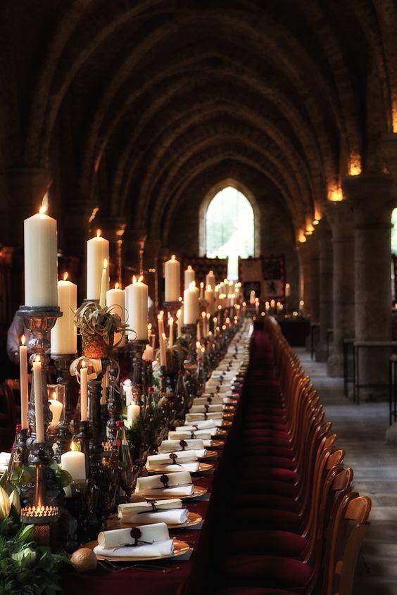 Harry-Potter-Hochzeit tablescape mit einer Kerze Tischläufer, Luft, Pflanzen und viel grün