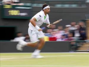 Ferrer se emplea a fondo y avanza en Wimbledon