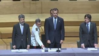 Felip VI ha presidit l'acte amb el president Puigdemont i el president del Tribunal Suprem i del Consell General del Poder Judicial, Carlos Lesmes