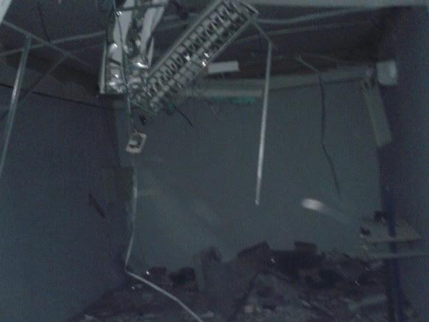 Local ficou destruído após a explosão do caixa eletrônico em Mogeiro (Foto: Mário Aguiar/TV Paraíba)