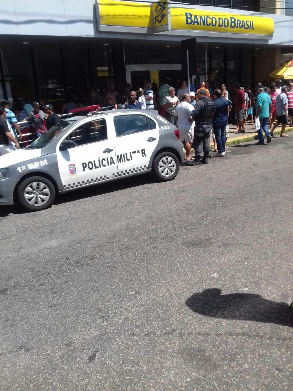 Homem foi baleado na frente de banco na Zona Leste de Natal (Foto: Divulgação/PM)