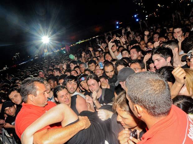 Seguranças retiram fã espremido do meio do público em frente ao Palco Mundo durante show de Motörhead (Foto: Flavio Moraes/G1)