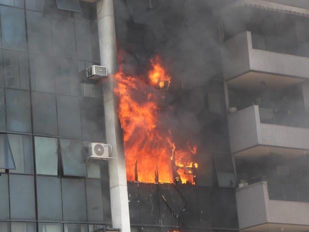 Incêndio atingiu condomínio da Barra da Tijuca (Foto: Gabriella Mansur/ VC no G1)