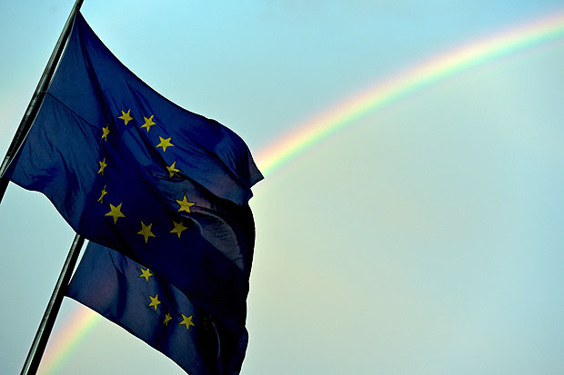 A rainbow is seen behind European flags during a euro zone EU leaders emergency summit on the situation in Greece at the European Council headquarters in Brussels, Belgium, July 7, 2015. REUTERS/Eric Vidal ORG XMIT: EVD39
