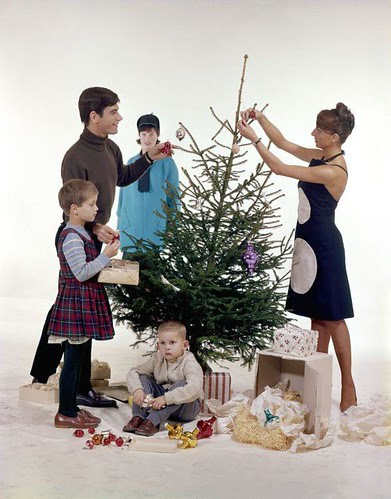 Kerstboom optuigen por Nationaal Archief