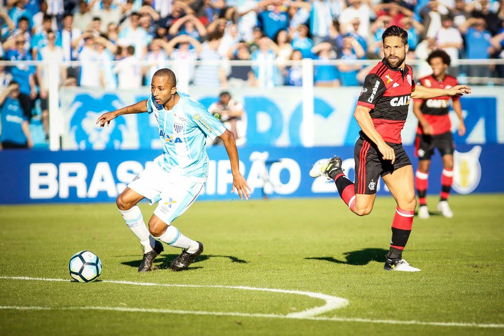Willians, do Avaí, e Diego, do Flamengo, em lance durante o empate na Ressacada (Foto: Thiago Pedro / Futura Press)