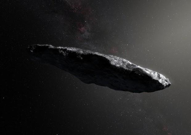 Rappresentazione artistica di Oumuama, probavilmente una cometa interstellare protetta da una spessa corazza di molecole organiche (fonte: ESO/M.Kornmesser) © Ansa