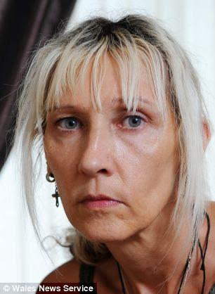 Heartbreak: Cheryl Jones, de 49 años, descubrió en Facebook que su hija Karla estaba muerto - la policía después de no decirle a tiempo.