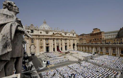 neuf mille prêtres réunis sur la Place St Pierre à Rome autour du Pape Benoît XVI