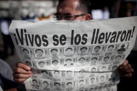 Protestan por Ayotzinapa en las instalaciones del cuerpo de guardias presidenciales. Foto: Xinhua / Pedro Mera