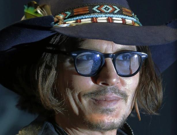 O ator Johnny Depp posa em evento para imprensa de Dark Shadows, em Tóquio (13/5/2012)