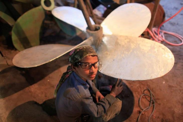 Ο 8-χρονος εργάζεται σε ναυπηγείο του Μπανγκλαντές που επιδιορθώνει έλικες πλοίων.